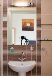 A bathroom at Revado Hotel
