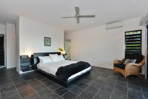 A bed or beds in a room at Trinity Beach Hideaway