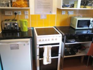 A kitchen or kitchenette at YHA Littlehampton