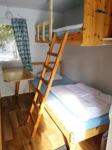 Våningssäng eller våningssängar i ett rum på Lits Camping, Stugby och Kanot