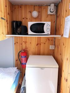 Ett kök eller pentry på Lits Camping, Stugby och Kanot