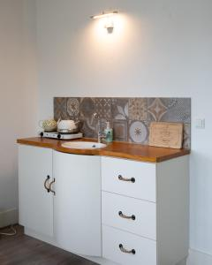 A kitchen or kitchenette at El Puerto Bed and Breakfast
