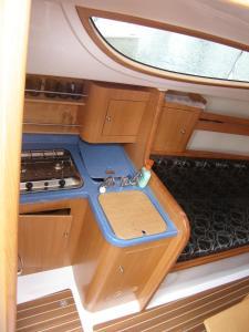 Kuchnia lub aneks kuchenny w obiekcie Czarter Jachtów Zalew Wiślany