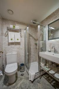 A bathroom at Bizim Hotel