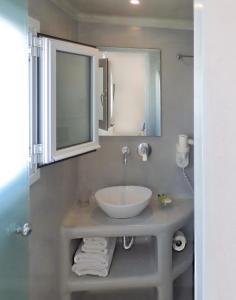 Ένα μπάνιο στο Ξενοδοχείο Τατάκη