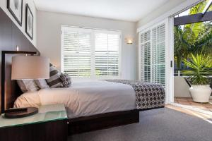 A bed or beds in a room at Emerald Noosa