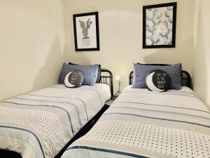 A bed or beds in a room at The Oasis by ZEN Homes, Melbourne CBD