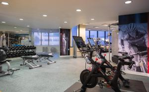 The fitness centre and/or fitness facilities at Renaissance Long Beach Hotel