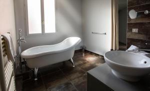 A bathroom at Hôtel De Paris