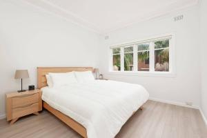A bed or beds in a room at Newly Renovated Apt. Close to Sydney CBD - Unit 1