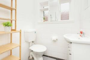 A bathroom at Newly Renovated Apt. Close to Sydney CBD - Unit 2