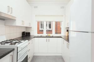 A kitchen or kitchenette at Newly Renovated Apt. Close to Sydney CBD - Unit 1