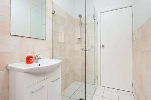 A bathroom at Newly Renovated Apt. Close to Sydney CBD - Unit 1
