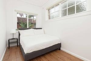 A bed or beds in a room at Newly Renovated Apt. Close to Sydney CBD - Unit 2