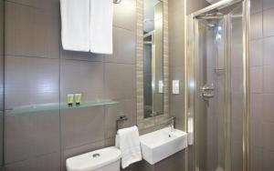 A bathroom at Eden Plaza Kensington
