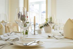 Ein Restaurant oder anderes Speiselokal in der Unterkunft Hotel Erbprinz