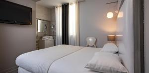 A bed or beds in a room at Hôtel De Paris