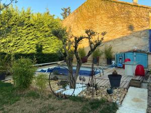 The swimming pool at or close to le luberon des artistes