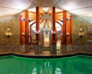 Бассейн в Harrison Hot Springs Resort & Spa или поблизости
