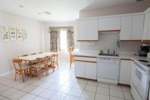 A kitchen or kitchenette at Green Harbor Resort