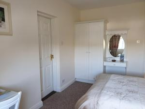 A bed or beds in a room at Glencora B&B