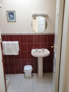 A bathroom at Glencora B&B