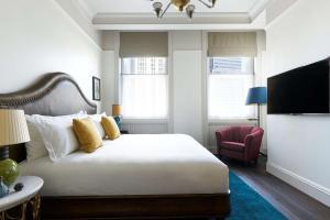 Ein Bett oder Betten in einem Zimmer der Unterkunft The Beekman, a Thompson Hotel