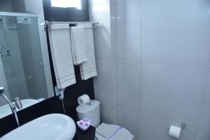 A bathroom at Hotel Village Confort Campina Grande
