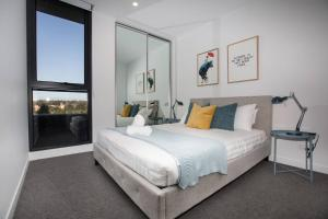 A bed or beds in a room at Stunning 2 bdrms APT@Parkville「Free carpark+wifi」
