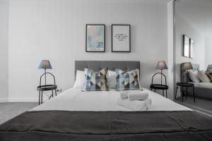 A bed or beds in a room at [Modern City] Comfy and warm Apt@Parkville+Carpark