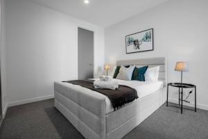 A bed or beds in a room at [Grey Style] Simple and Cozy Apt@Parkville+Carpark