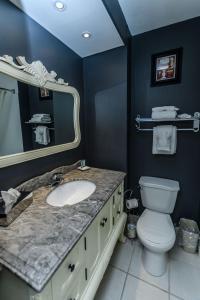A bathroom at Hearthstone Inn Sydney
