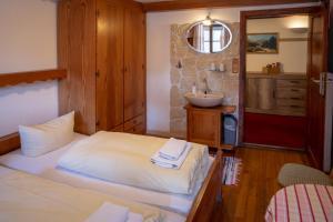 Ein Bett oder Betten in einem Zimmer der Unterkunft Hotel Restaurant Alatsee