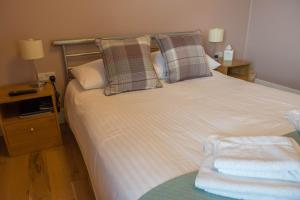 A bed or beds in a room at Ashbank Bed & Breakfast