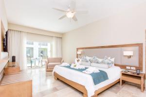 Ліжко або ліжка в номері Be Live Collection Punta Cana