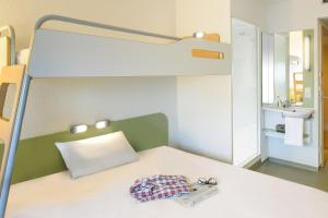 A bed or beds in a room at ibis budget Berlin Kurfürstendamm