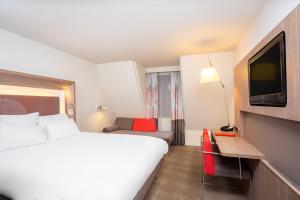 Una televisión o centro de entretenimiento en Hotel Novotel Brussels Off Grand Place