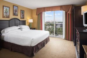 A bed or beds in a room at Embassy Suites by Hilton Fort Lauderdale - 17th Street