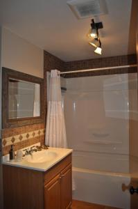 A bathroom at Rocky Ridge Country Lodge