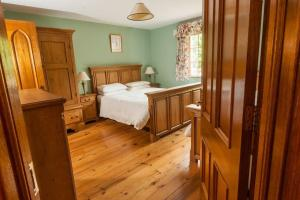 A bed or beds in a room at Kilranelagh Lodge
