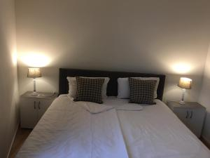 A bed or beds in a room at Cocoon 77 Apartments