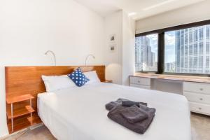 A bed or beds in a room at Emporium 1.5 beds with City views, Pool, Gym & Sauna