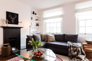 A seating area at HUGE! 3 BEDROOM/ COVENT GARDEN/ 5 min tube