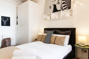 A bed or beds in a room at WOW! 2 BEDROOM/ COVENT GARDEN/RIVER THAMES