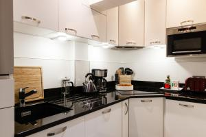 A kitchen or kitchenette at WOW! 2 BEDROOM/ COVENT GARDEN/RIVER THAMES