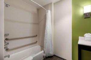 Ein Badezimmer in der Unterkunft Sleep Inn & Suites Tampa South
