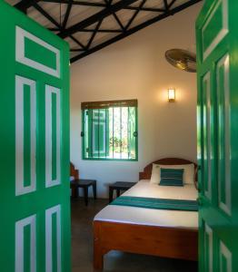 Ein Bett oder Betten in einem Zimmer der Unterkunft Nil Sisila Beach Resort Yala