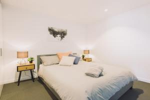 A bed or beds in a room at A Stylish & Cozy 2BR Suite with City Views
