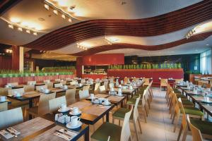 A restaurant or other place to eat at Riu Plaza Berlin