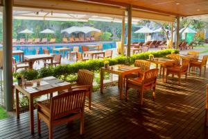 A restaurant or other place to eat at Metadee Resort & Villas